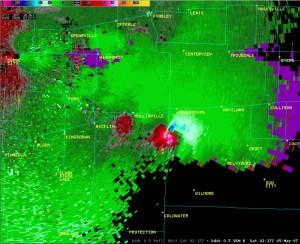 Tornado Vortex Signature na radarowym obrazie prędkości radialnej, które towarzyszyło superkomórce i pierwszej w historii pomiarów trąbie powietrznej o sile EF5 w mieście Greensburg (Kansas, USA), źródło: NWS NOAA
