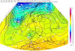 Grzbiet widoczny na mapie górnej poziomu izobarycznego 500 hPa nad Europą Środkowo-wschodnią.
