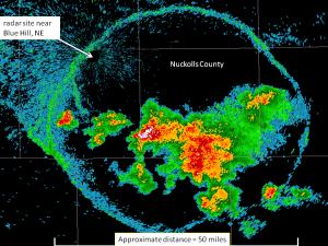 Outflow boundary na obrazie odbiciowości radarowej widoczne jako pierścień wokół klastra komórek burzowych (źródło: NOAA / Amateur Stormchasing Society)