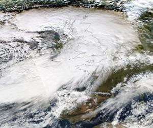 """Układ niskiego ciśnienia """"Dirk"""" nad zachodnią Europą w dn. 23.12.2013. Minimalne ciśnienie w jego centrum spadło poniżej 930 hPa (źródło: NASA)"""