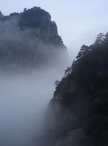 Mgła orograficzna wokół góry Lushan w prowincji Jiangxi w Chinach (fot. Pfctdayelise - źródło: commons.wikimedia.org)