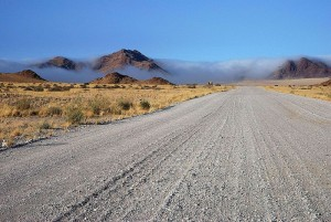 Mgła radiacyjna na pustyni Namib w południowo-zachodniej Afryce (fot. Moongateclimber - źródło: commons.wikimedia.org)