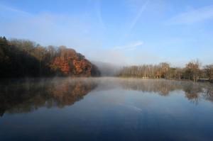 Mgła z parowania na rzece Huron w Stanach Zjednoczonych (fot. Dwight Burdette, źródło: commons.wikimedia.org)