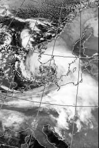 Zdjęcie satelitarne niżu Anatol (źródło: NOAA / Wikipedia)