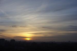 Grudniowy zachód słońca w Warszawie (fot. A. Surowiecki)