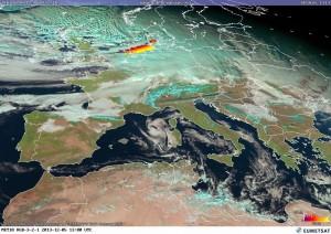 Niż Ksawery na zdjęciu satelitarnym w świetle widzialnym. Wyładowania atmosferyczne tworzą liniową strefę na chłodnym froncie atm. układu (źródło:  ligthninhmaps.org / EUMETSAT)