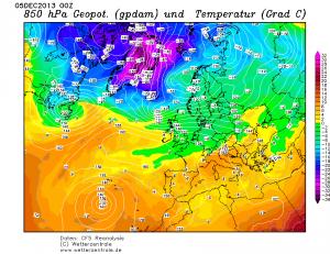 Niż Ksawery w trakcie pogłębiania się, między Islandią a Wielką Brytanią, w strefie znacznego gradientu termicznego (reanaliza CFS, źródło: wetterzentrale.de)