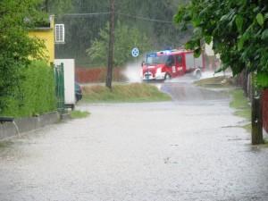 Zalana ulica w miejscowości Ciężkowice (fot. Piotr Żurowski)