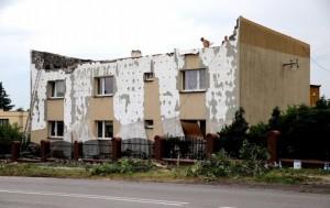Zerwany dach w miejscowości Wyry w woj. śląskim (fot. Andrzej Grygiel/PAP [19])