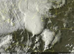 Zdjęcie satelitarne z 16:05 UTC (18:05 CEST) ukazujące m.in.  bow echo