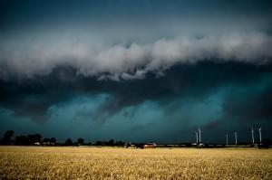 Poszarpany wał szkwałowy z licznymi strzępkami chmur, wskazujący na występowanie bardzo silnych porywów wiatru. Fot. Grzegorz Zawiślak