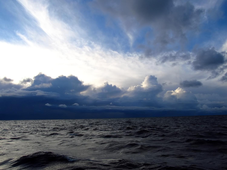 Chmury o budowie pionowej powstające w wyniku efektu jeziora 6 września 2015 r. nad Morzem Bałtyckim. Fot. Grzegorz Zawiślak
