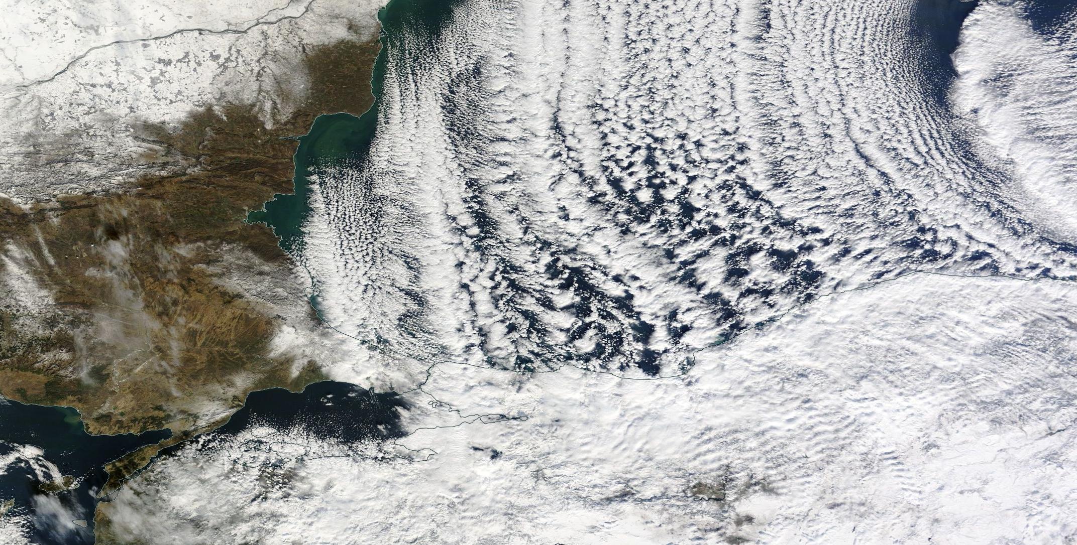 """Obraz satelitarny w świetle widzialnym """"efektu jeziora"""" nad Morzem Czarnym i Morzem Marmara z 8 stycznia 2015 r. Źródło: NASA Worldview"""