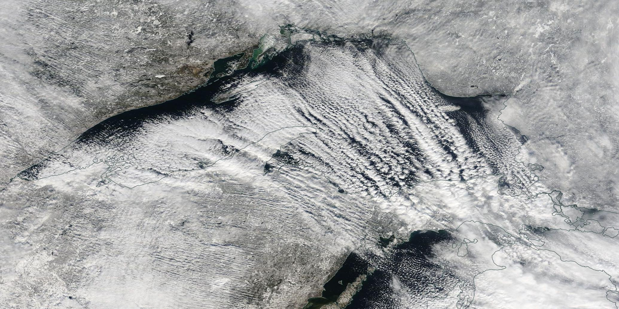 """Obraz satelitarny w świetle widzialnym """"efektu jeziora"""" z dnia 18.11.2014 r. nad Jeziorem Górnym w Ameryce Północnej. Źródło: NASA Worldview"""