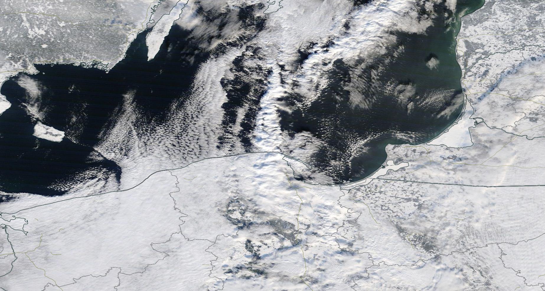 """Obraz satelitarny """"efektu jeziora"""" w postaci pojedynczej ścieżki 21 stycznia 2016 r. nad Morzem Bałtyckim. Źródło: NASA Worldview"""