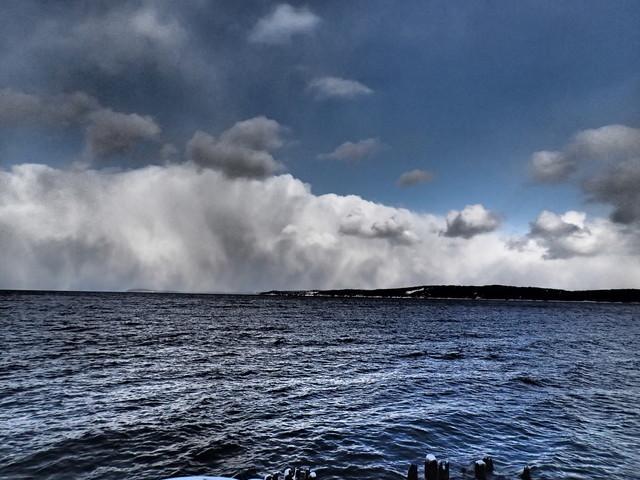 """Typowy wygląd chmur konwekcyjnych podczas trwania """"efektu jeziora"""". Fot. UnobtrusiveTroll10 za Wunderground.com"""