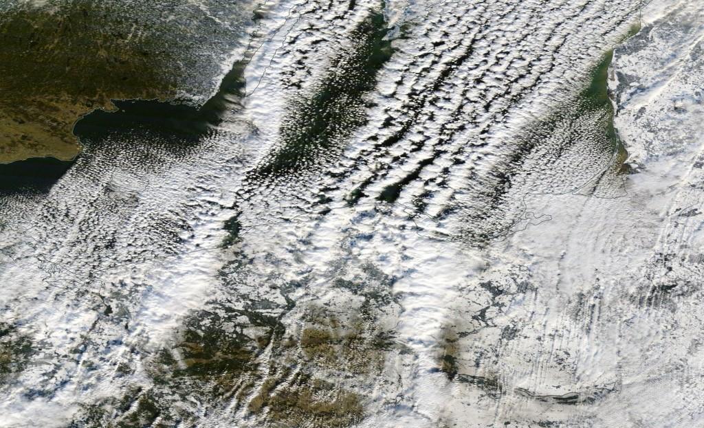 """Obraz satelitarny w świetle widzialnym przedstawiający """"efekt jeziora"""" nad Morzem Bałtyckim z dnia 5 stycznia 2017 r."""