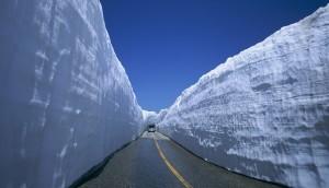 """Słynne """"śnieżne ściany"""" na drodze w górach Hida w Japonii. Spora część pokrywy śnieżnej powstającej w tych górach leżących zaledwie kilkadziesiąt km od Morza Japońskiego jest wynikiem opadu śniegu podczas trwania efektu jeziora. Źródło: japanican.com"""