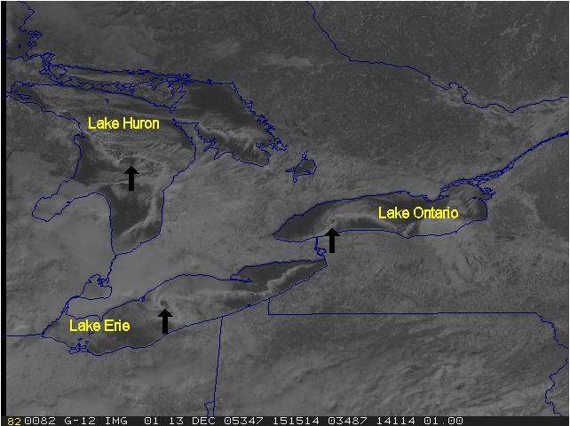 Obraz satelitarny przedstawiający przykłady wirów mezoskalowych wraz ze strefami konwergencji wiatru wewnątrz jeziora z dnia 13 grudnia 2005 r. Źródło: RAMMB Satellite Case Studies.