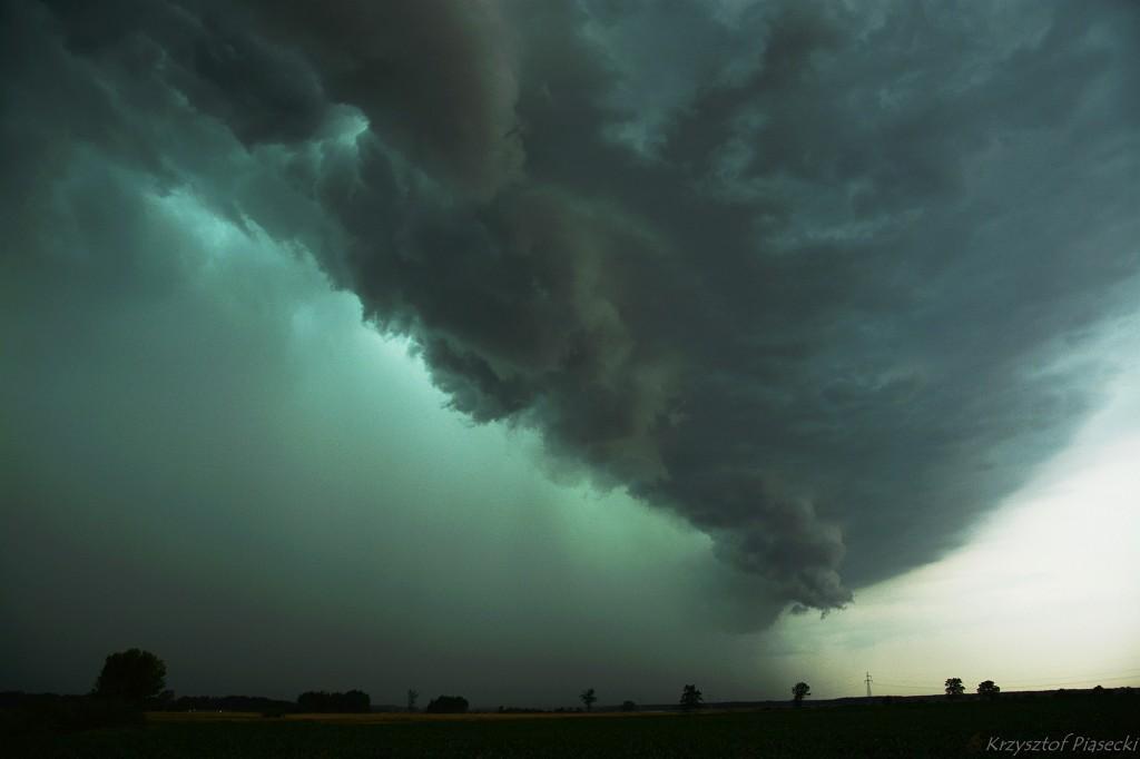 Czoło nadciągającej rozległej burzy wielokomórkowej z bardzo silnymi porywami wiatru. Fot. Krzysztof Piasecki (PŁB)