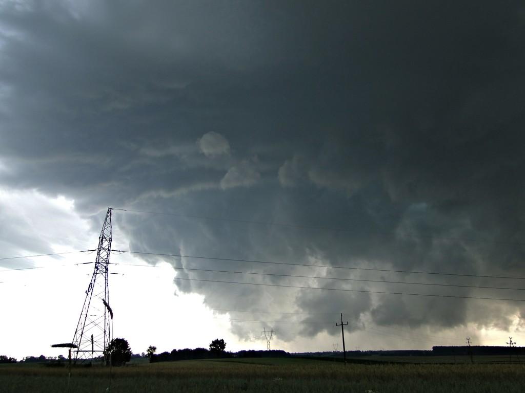 Superkomórka burzowa z widoczną chmurą stropową przechodząca niedaleko Bychawy w woj. lubelskim. Fot. Jan Jakóbczak (PŁB)