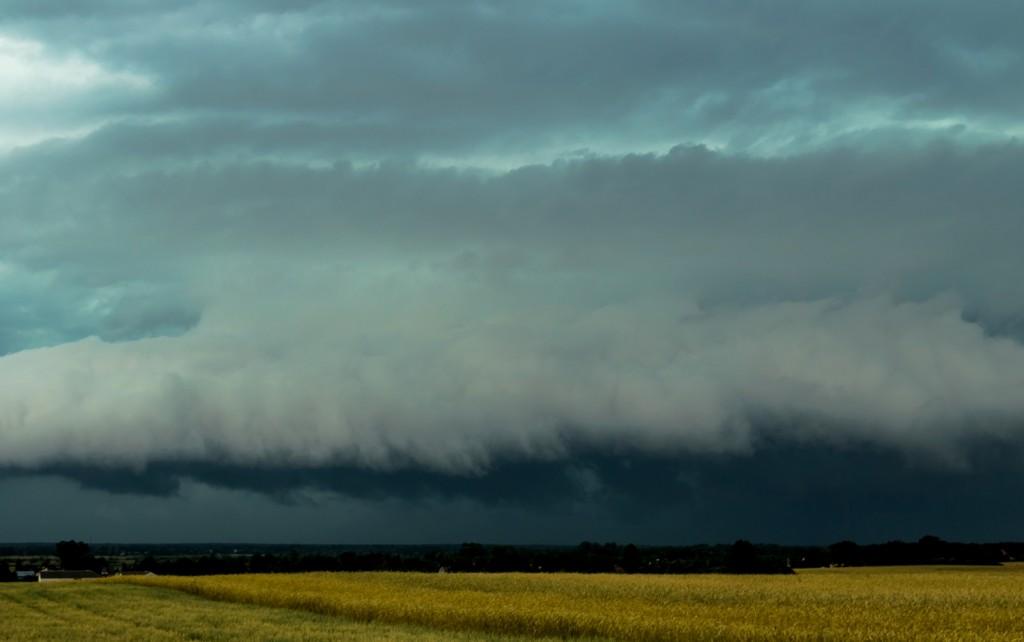 Wał szkwałowy superkomórki burzowej przechodzącej 26 czerwca 2016 r. niedaleko Serocka. Fot. Grzegorz Zawiślak (Polscy Łowcy Burz)