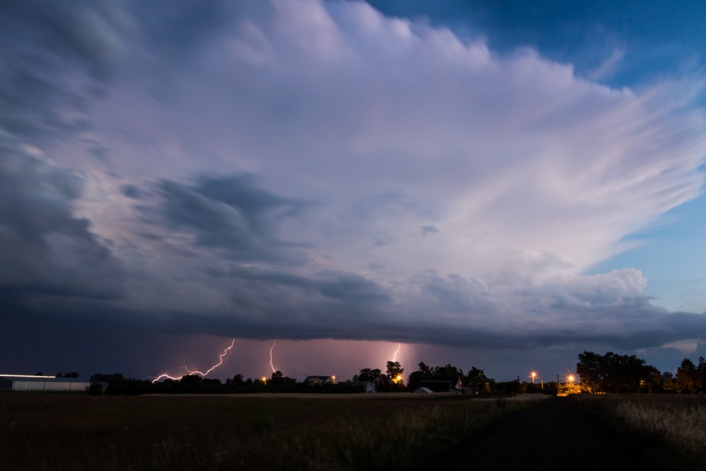 Burza przechodząca na południe od Góry Kalwarii w woj. mazowieckim. Fot. Grzegorz Zawiślak (Polscy Łowcy Burz)