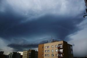 Chmura stropowa superkomórki burzowej przemieszczającej się 31 lipca 2016 r. przez Warszawę. Fot. Krzysztof Piasecki (Polscy Łowcy Burz)