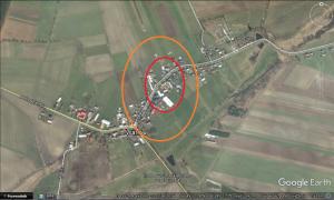 Orientacyjny obszar zniszczeń we wsi Warłów. Na obszarze oznaczonym kolorem czerwonym, dach niemal każdego budynku uległ uszkodzeniu. Poza tym obszarem, kolorem pomarańczowym oznaczono szkody rozproszone. Mapa: Google Earth