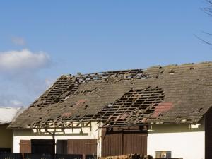Uszkodzony budynek gospodarczy w Warłowie. Fot. Igor Laskowski